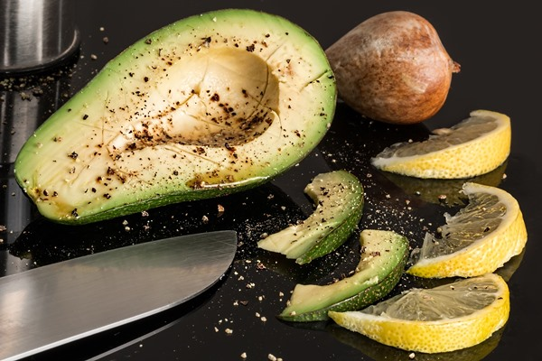 Avocado and lemon slices
